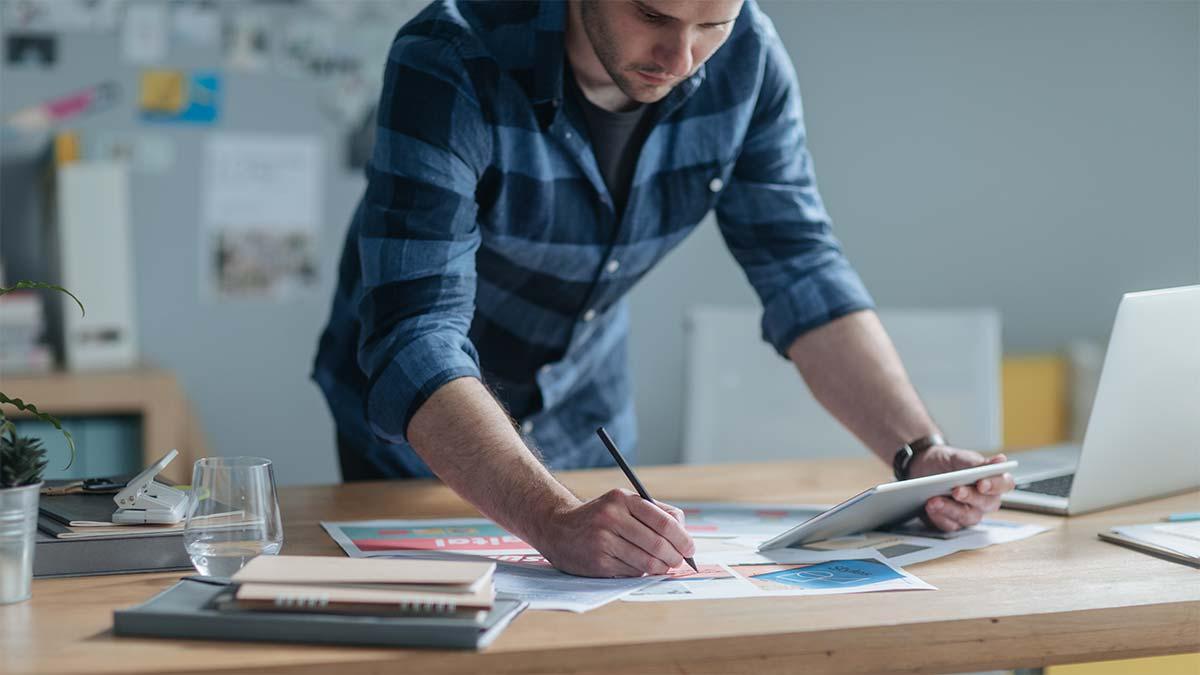 Designer erstellt Imagebroschüre
